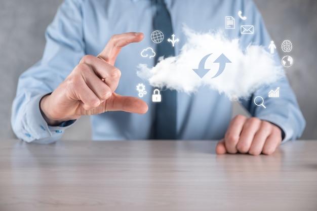 클라우드 기술. 어둠 속에서 위아래로 두 개의 화살표가있는 클라우드 스토리지 기호. 클라우드 컴퓨팅, 빅 데이터 센터, 미래 인프라, 디지털 ai 개념. 가상 호스팅 기호.