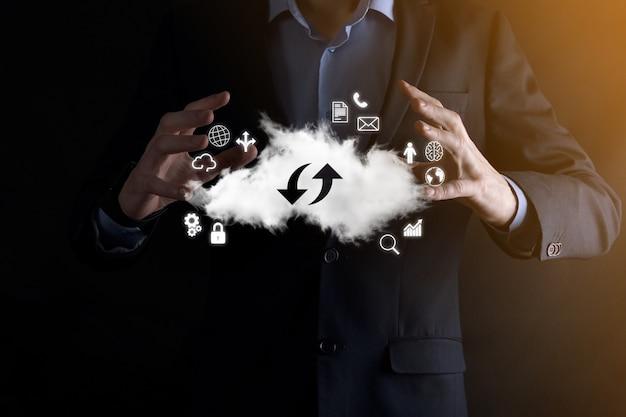 Облачные технологии. знак облачного хранилища с двумя стрелками вверх и вниз на темноте. облачные вычисления, большой центр обработки данных, инфраструктура будущего, концепция цифрового искусственного интеллекта. символ виртуального хостинга.