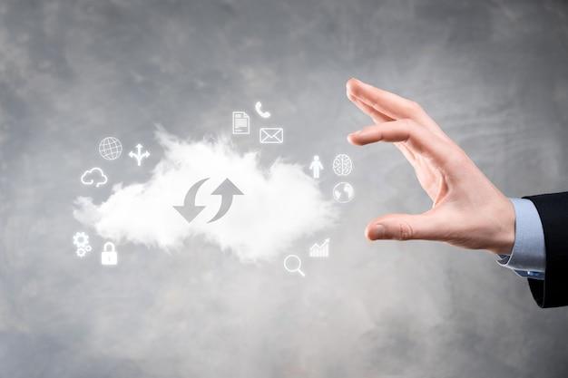 Облачные технологии. знак облачного хранилища с двумя стрелками вверх и вниз на темноте