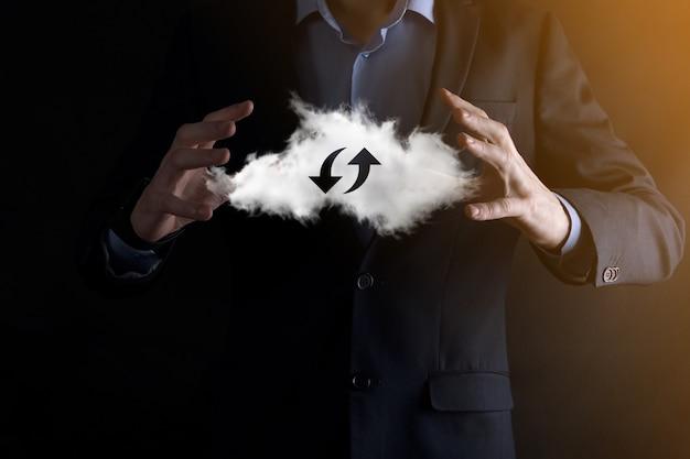 Облачные технологии. полигональный каркасный знак облачного хранилища с двумя стрелками вверх и вниз на темноте. облачные вычисления, большой центр обработки данных, инфраструктура будущего, концепция цифрового искусственного интеллекта. символ виртуального хостинга.