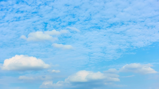 曇り-白い雲のある空、