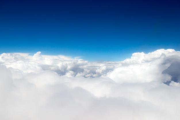구름, 비행기 창에서 볼 수 있습니다. 하늘 배경