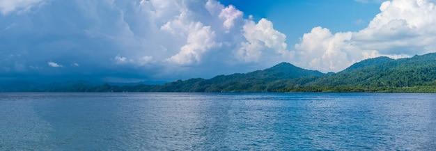 雷雨の前のワイゲオ近くのカブイ湾の上の雲。インドネシア、ラジャアンパット、西パプア