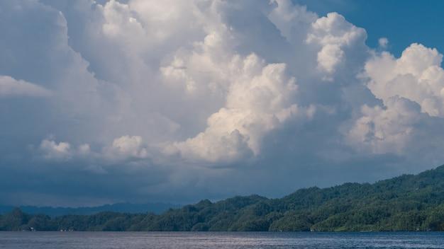 前のワイゲオ近くのカブイ湾の上の雲。インドネシア、ラジャアンパット、西パプア