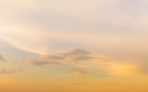雲と金色の夕方の空