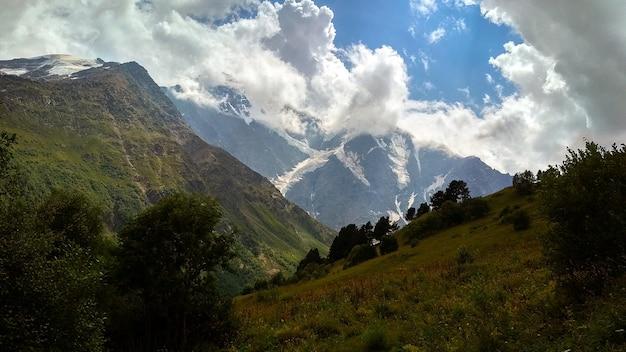 구름이 산 위로 날고 있습니다. 코카서스 산맥
