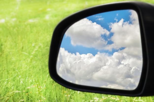 구름은 자동차의 백미러에 반사됩니다.
