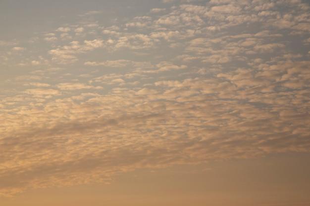夕焼けの雲は銀色のベージュの色調です。空の巻雲、夕方