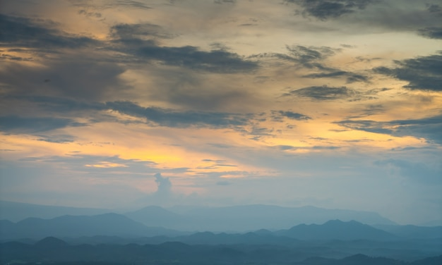 Облака на закат над горами