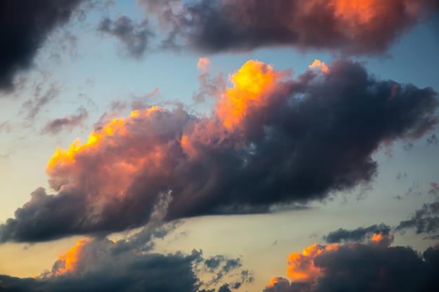 ピンクのライトで日没時の雲。