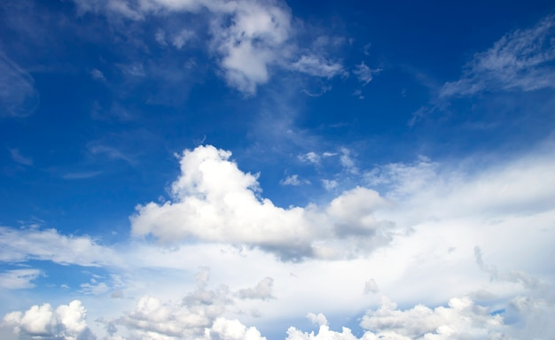 Облака голубое небо высокий угол воздуха фон