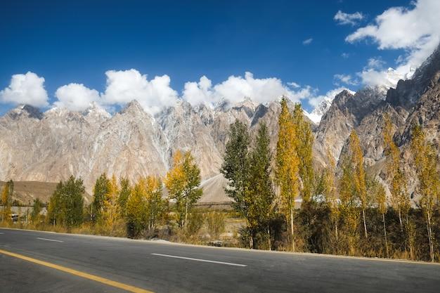 Облака покрывают горные вершины конусов пассу вдоль шоссе каракорум, пакистан