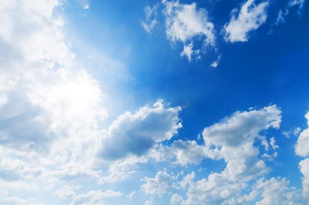 日をカバーする雲