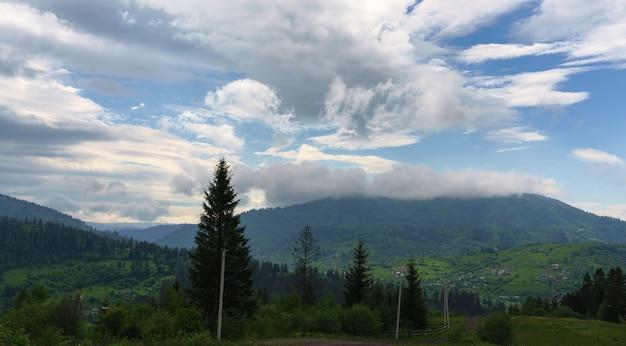ウクライナのカルパティア山脈のスラブスコ市のトロスティアン山頂を覆う雲