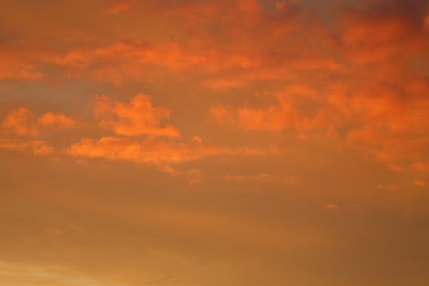 석양에 의해 조명 된 구름입니다. 해질녘 하늘입니다. 고품질 사진