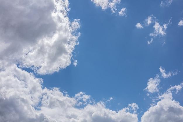 봄에는 푸른 하늘에 구름