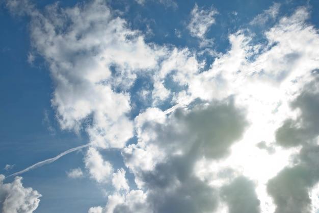 Облака в голубом небе. белые, пушистые облака в голубом небе. фоновая природа. кучевые облака текстуры, плавающие на голубом небе. окружающая среда, атмосфера. место для баннера, сайта текст надписи или логотипа. копировать пространство