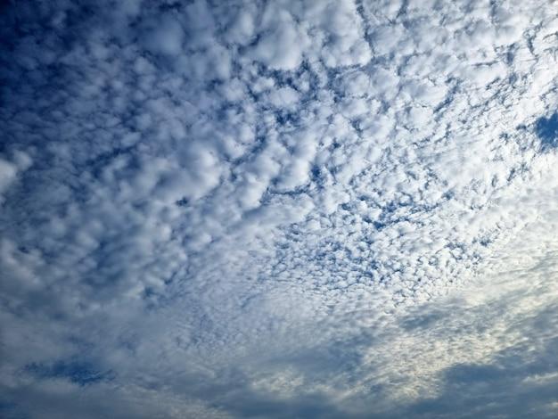 Облака на фоне голубого неба
