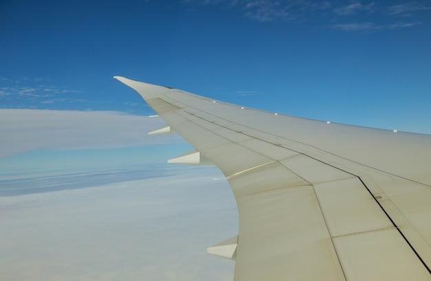 Облака в небе, как видно на крыле летящего самолета