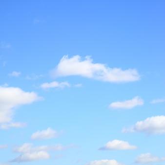 Облака в небе - фон, место для текста