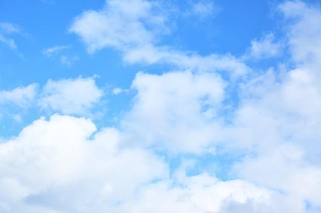 Облака в небе - естественный фон, место для собственного текста