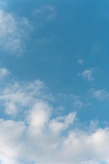 하늘 세로 샷에 구름