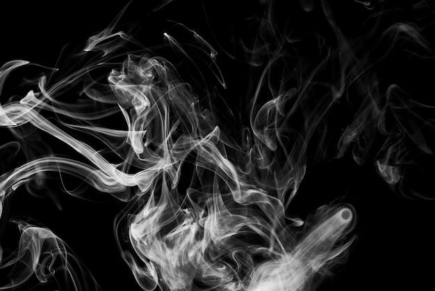 Облака белого дыма на черном фоне
