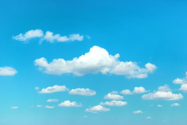 푸른 하늘에 구름은 자연 배경에 사용할 수 있습니다