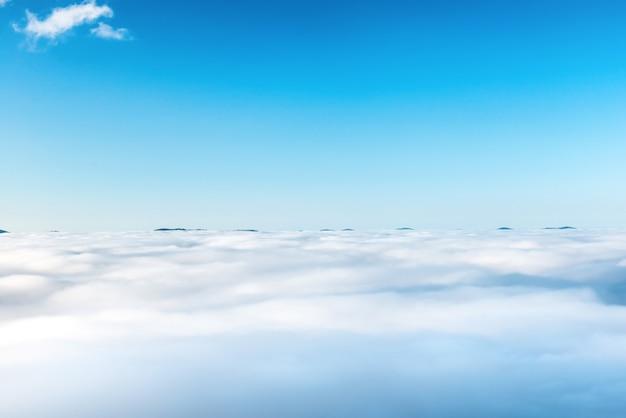 青い空の雲、自然の背景