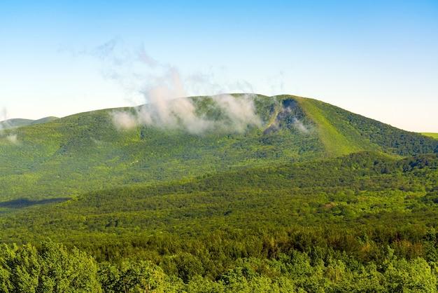 Облака над пейзажем зеленых гор