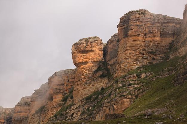 Облака над скалистым хребтом горного региона северного кавказа в россии