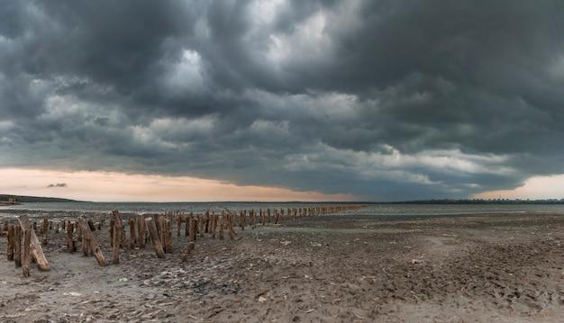 Облака над соленым озером под одессой, украина