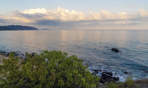 저녁 석양에 바다 위에 구름입니다. crimea.choban-kule.