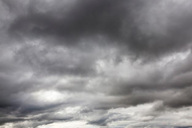 구름은 흐린 날씨에 회색 단색을 촬영했습니다. 가을 시즌