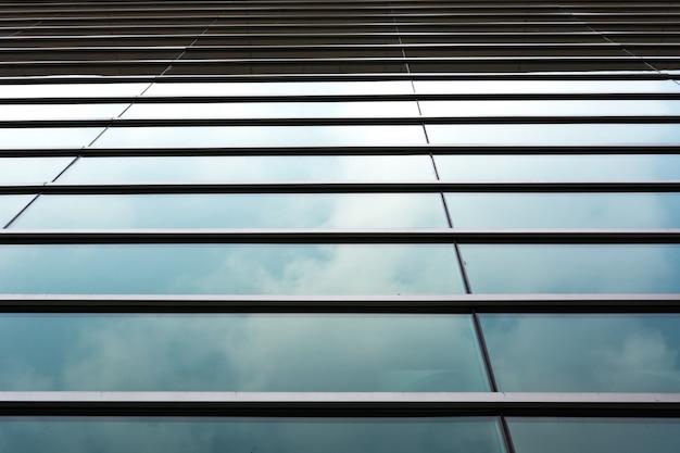 Облака отражено в здании