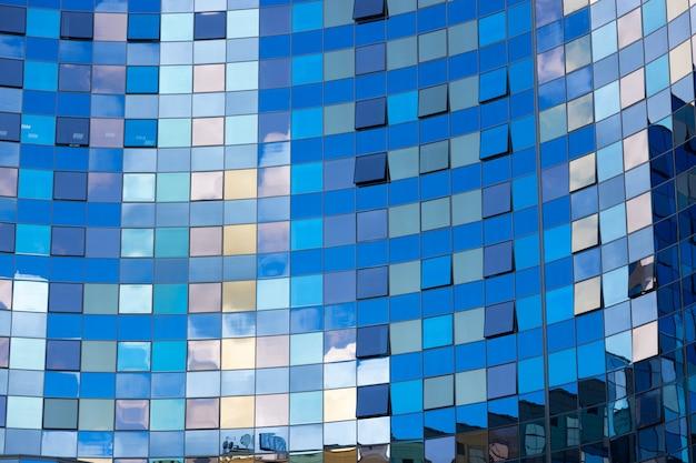 현대 오피스 빌딩의 창에 반영 된 구름