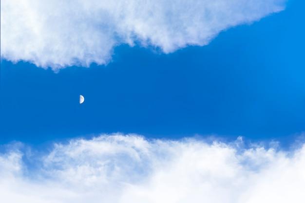 낮에는 구름 하늘과 달