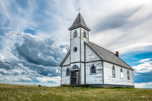 Облака возвышаются над исторической лютеранской церковью мира в стоунхендже, саскачеван