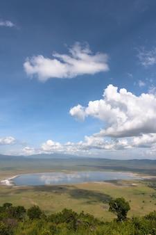 Облачный пейзаж кратера нгоро-нгоро. озеро находится внутри кратера. танзания, африка