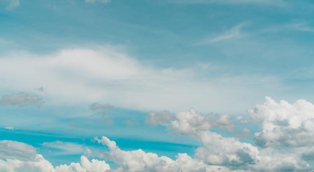 푸른 하늘에 흰 성층적운 구름의 cloudscape 흰 솜털 구름 질감의 전체 프레임