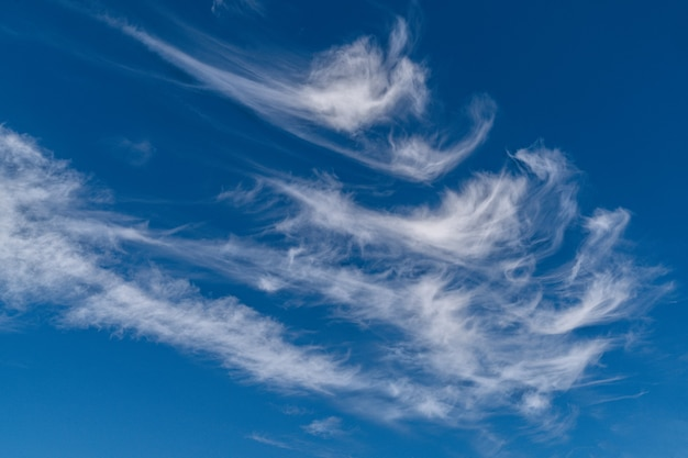 Cloudscape белые и серые облака в голубом небе. .