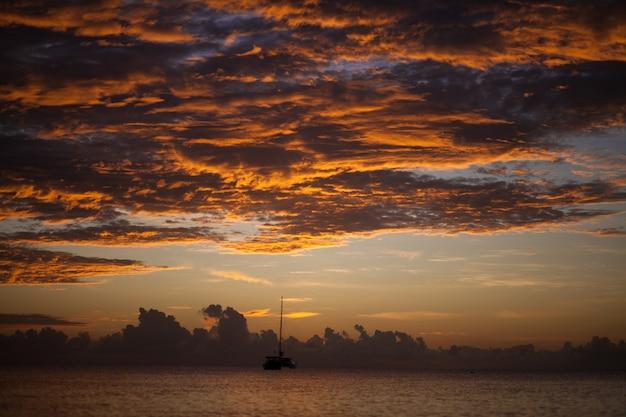 Восход солнца над морем и красивым cloudscape.