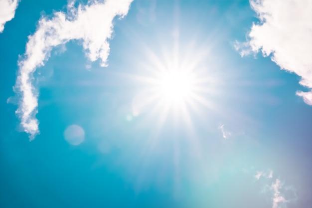 太陽光線と太陽フレア白いレトロな雲空ふわふわcloudscape、自然の背景