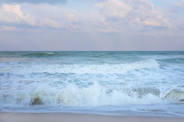 ソンクラー海の上のcloudscapeと美しいパステル調の夕焼け空。