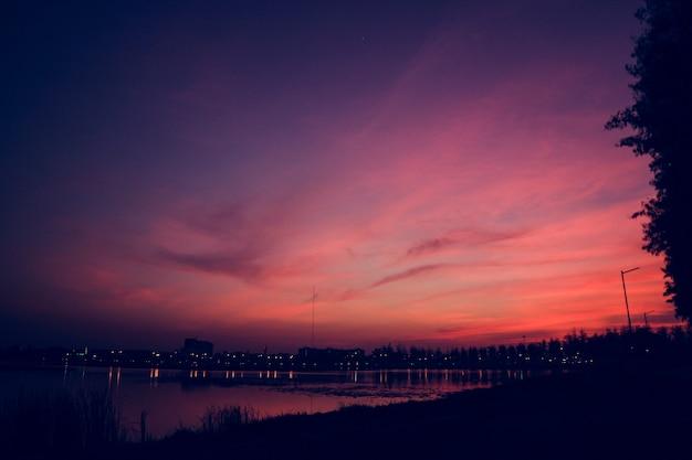 美しいcloudscapeの夕焼け夜明けの夜明け