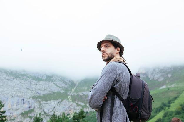 観光でロッキー山脈の曇りの秋ビュー