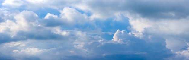 부드러운 태양 반사 파노라마와 흐린 푸른 하늘