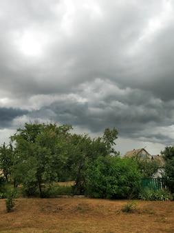 Облачное облачное небо над полем в деревне. природный ландшафт.