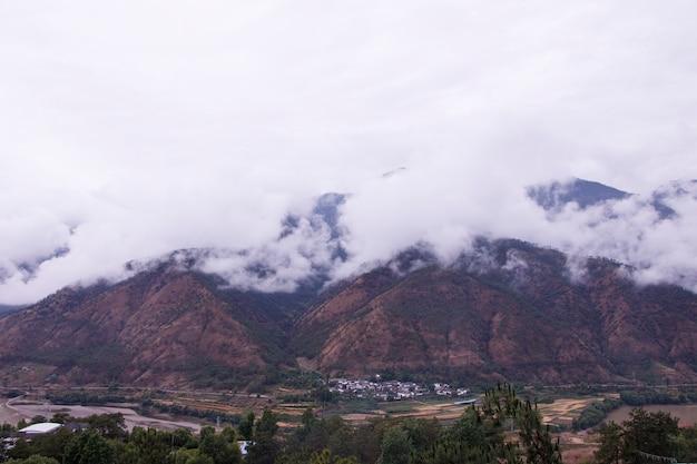 Гора пасмурный день в провинции юньнань, китай
