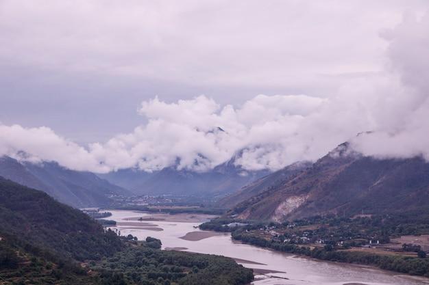 Пасмурный день на горной реке янцзы в провинции юньнань, китай